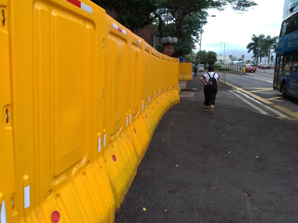黄色の柵でガードされた大学