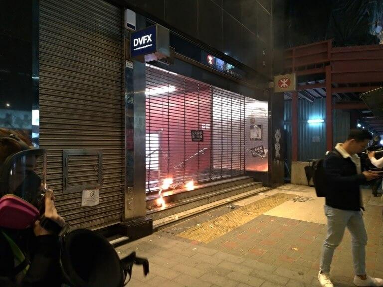 中国系銀行の破壊行為 交通銀行の破壊、セントラル駅出口への放火。すべて黒い服を着た集団が行った破壊行為です。