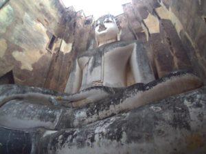 塀に囲まれた像