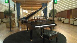 入り口にグランドピアノ