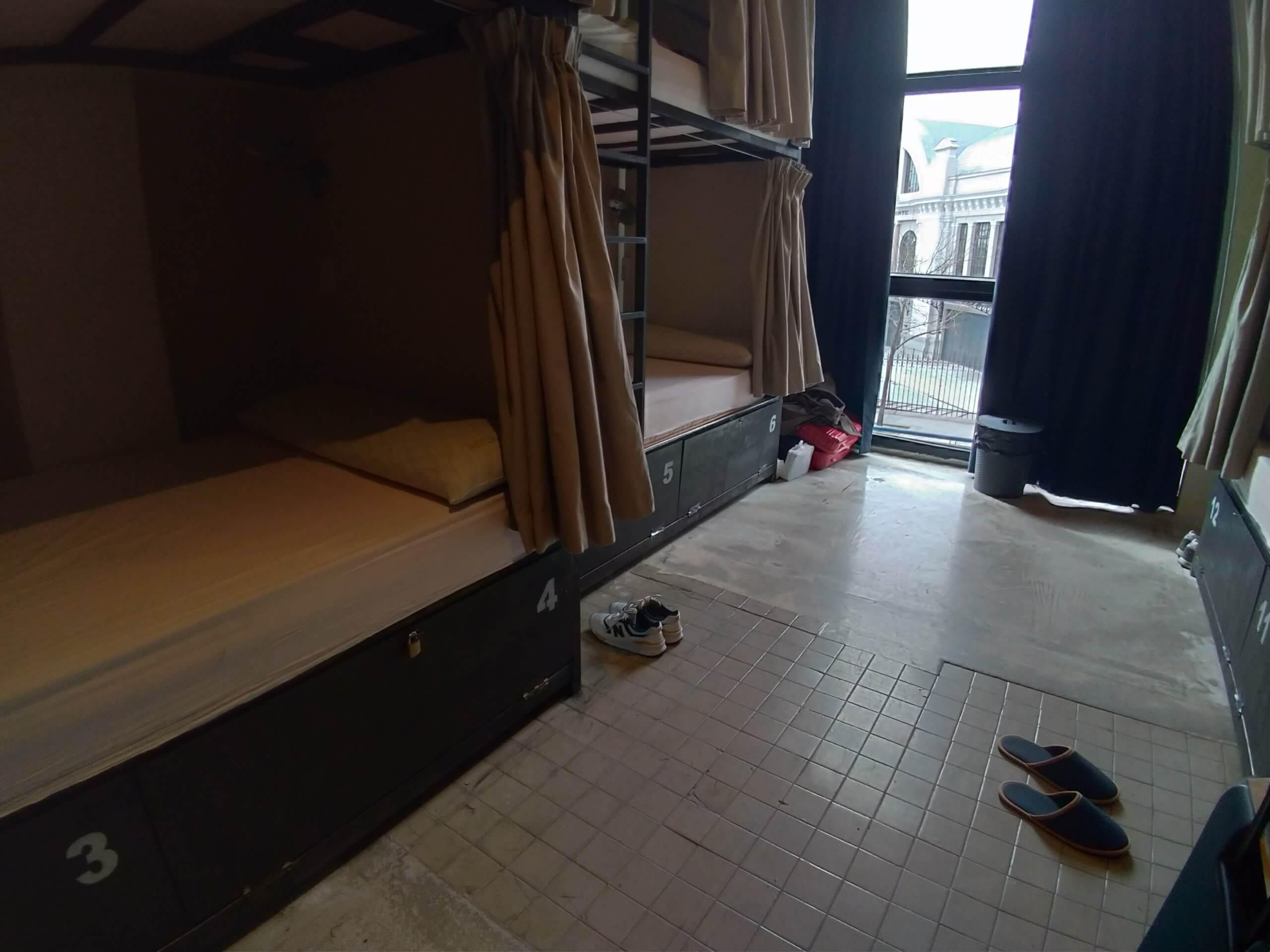 部屋は狭い