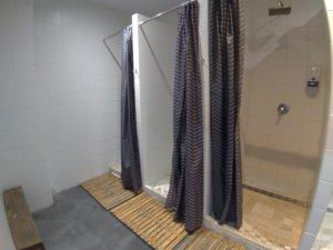 シャワールームは十分ある
