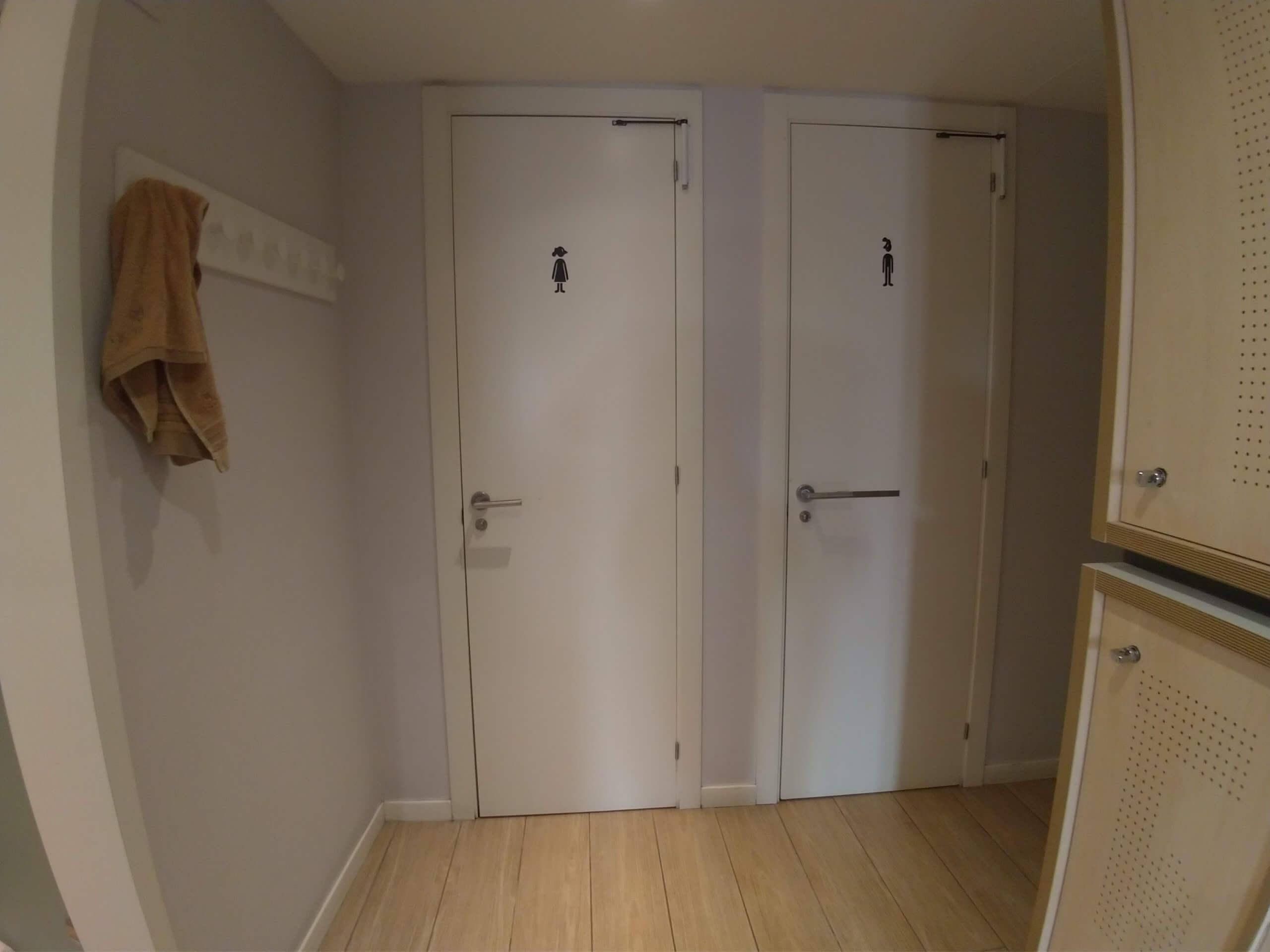 シャワーとトイレは部屋に2つ