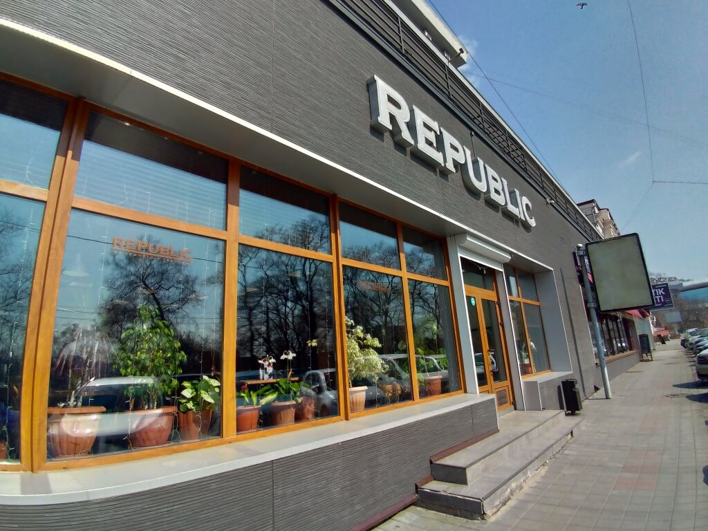 「REPUBLIC」 ビュッフェスタイルのレストランカフェ